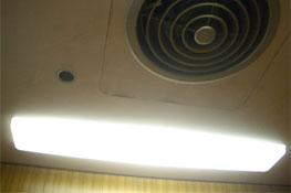 エレベーターの天井灯と換気扇の写真