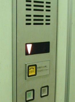 エレベーターのインターホンの写真
