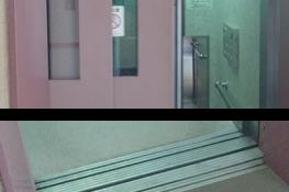 エレベーターの乗場ドアと敷居の写真